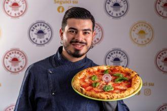 Michele Spinelli mostra la sua pizza margherita gluten free appena sfornata web