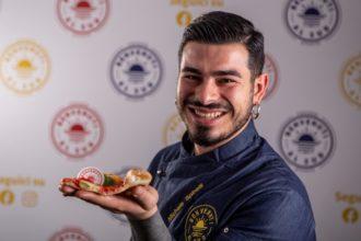 Michele Spinelli mostra uno spicchio della sua margherita gluten free web