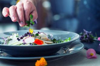 Impiattamento-Mani-Chef-Cucina-in