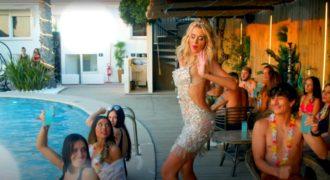 Valeria Marini backstage video-5