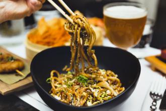 Yaki Udon - Spaghetti acqua e farina saltati con verdure croccanti, miso, zenzero, soia e sesamo tostato